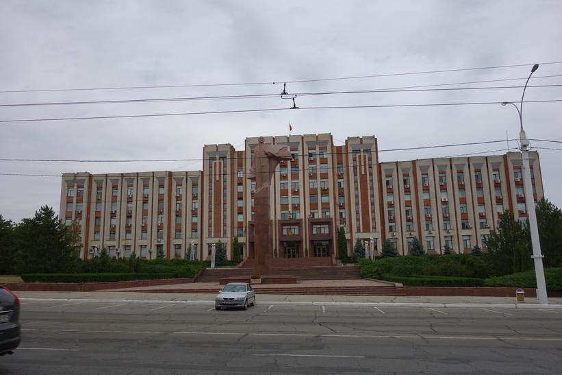 Lenin framför presidentpalatset i Tiraspol. Här hade jag fått höra att man skall vara försiktig med att fotografera. En del utlänningar har blivit avhysta från området när dom har fotograferat presidentpalatset.