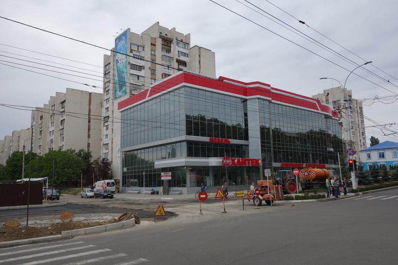 Modernt shoppingcenter längs Strada 25 Octombrie, Tiraspol.