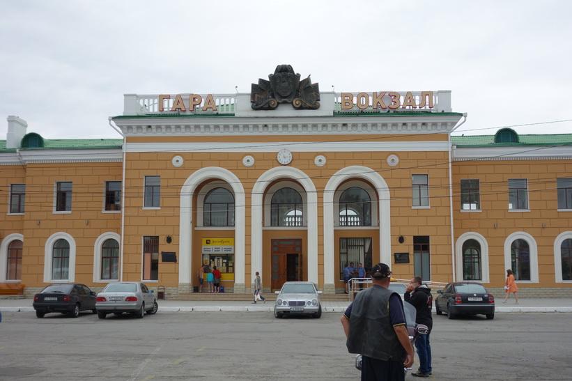Tågstationsbyggnaden i Tiraspol. Utanför tågstationen är busstationen.