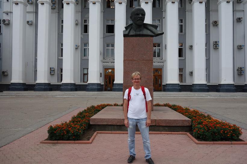 Stefan och Lenin framför House of Soviets-byggnaden, Tiraspol.