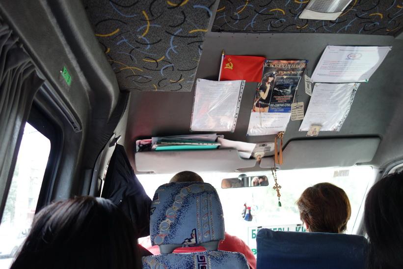 På väg tillbaka till Chișinău med sovjetflagga längs fram i bussen.