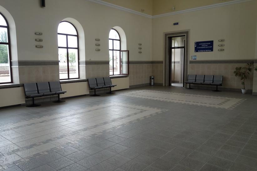 Inte många människor på tågstationen i Tiraspol mitt på dagen en vanlig vardag!