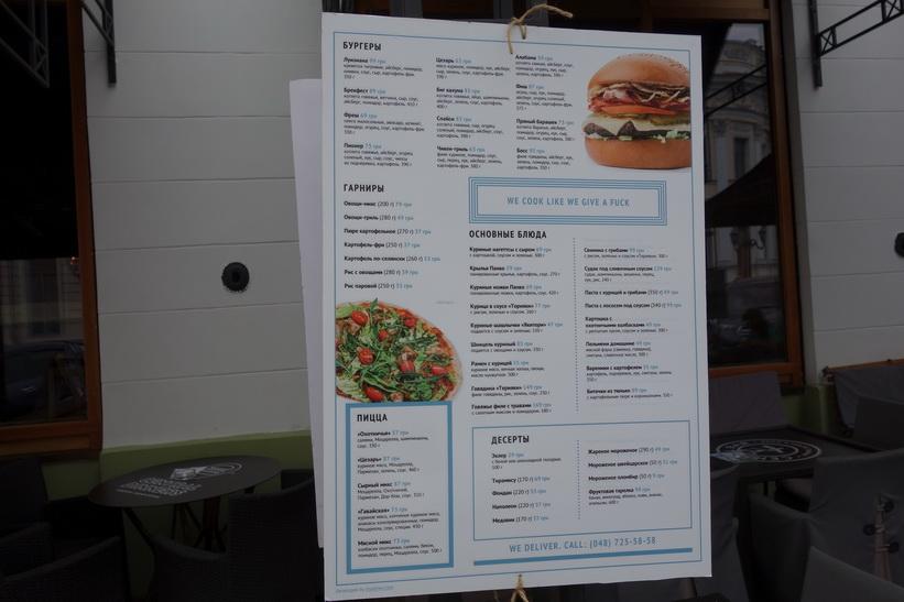 Meny utanför restaurang i centrala Odessa.. -We cook like we give a fuck-. Jag åt lunch på ett annat ställe! Odessa.