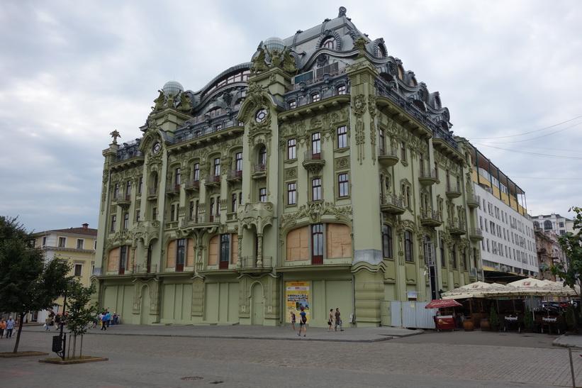 Fin arkitektur vid City Garden (jag bor i den gula byggnaden som skymtar till vänster i bild), Odessa.