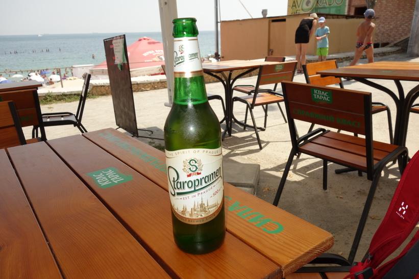 Det slinker ner en och annan öl sådana här dagar. Staropramen är klass. Stranden i Odessa.
