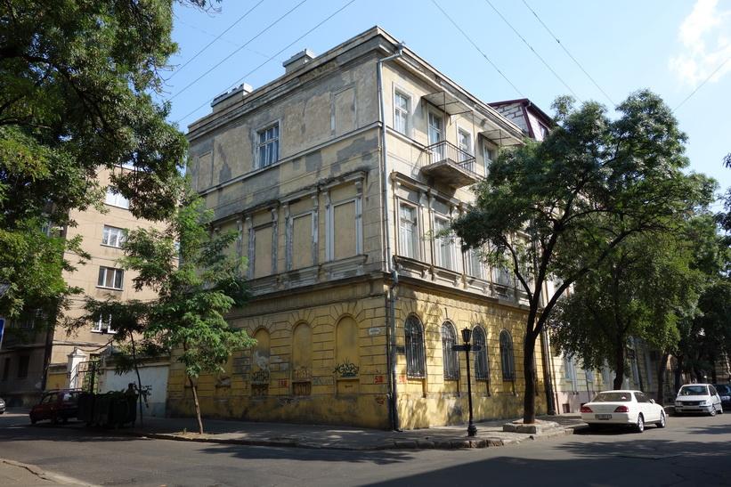 Gammal byggnad som behöver fasadrenovering, centrala Odessa.