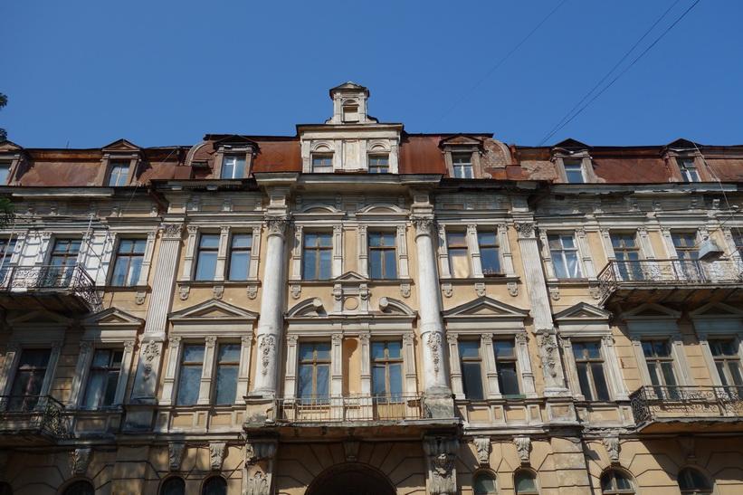 Om denna fasad skulle fräschas upp skulle den bli otroligt fin, centrala Odessa.