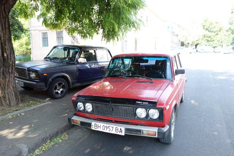 Två klassiska bilar av märket Lada, Odessa.