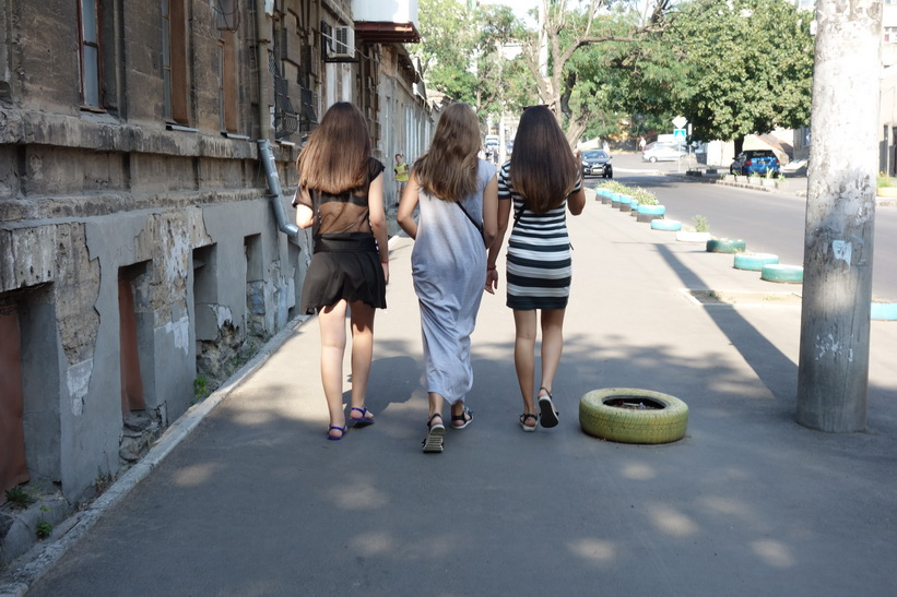 Dessa tre damer verkade mycket förvånade över att jag fotograferade de gamla husen, Odessa.