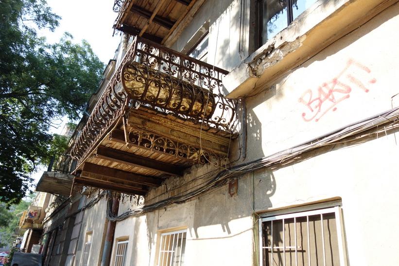 Mycket gamla balkonger med renoveringsbehov, Odessa.