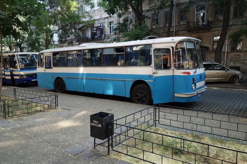 Mycket gammal buss i Odessa.