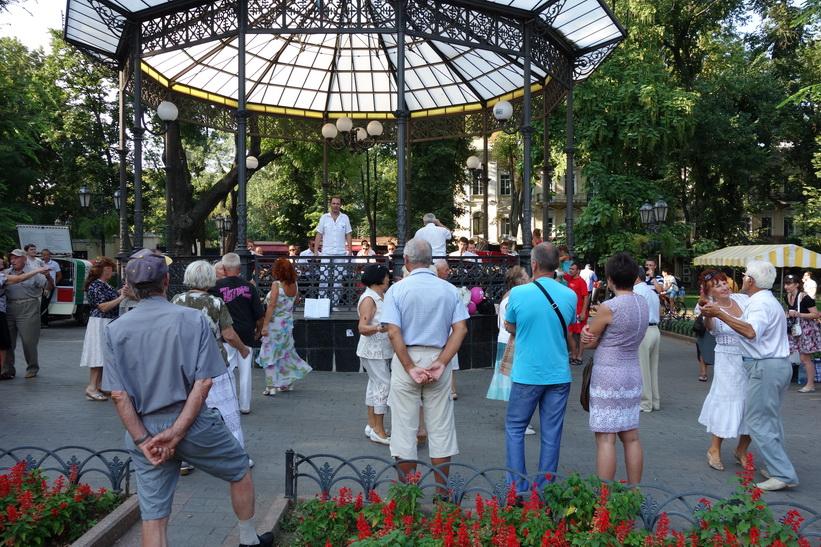 Livemusik och dans mitt i Odessa.