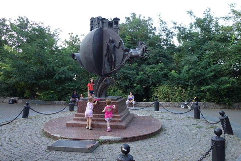 Ett av många monument i centrala Odessa.