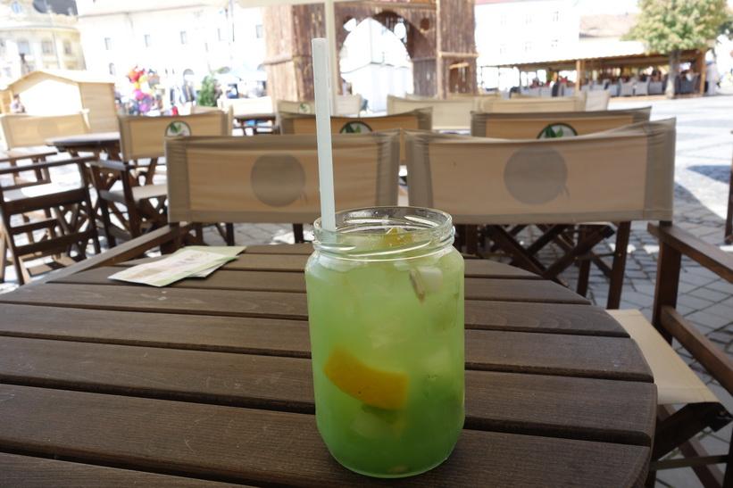 Otroligt god fruktdrink på Piata Mare, Sibiu.