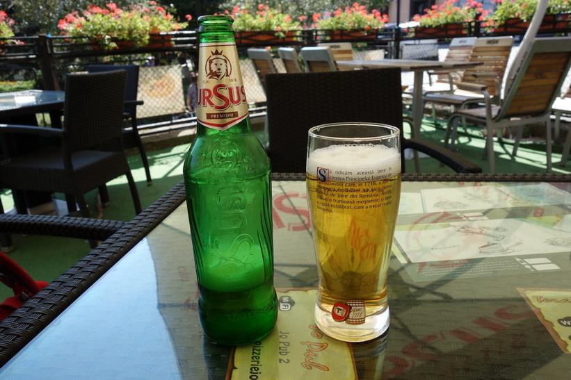Tillbaka i Sighișoara och obligatorisk vätskepaus. Första testet av ett av Rumäniens bäst säljande öl, Ursus.