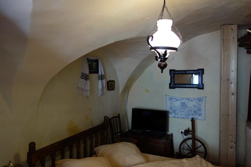 Casa Morar, det femhundra år gamla huset som jag bor i. Så här ser rummet ut, Sighișoara, Transsylvanien.