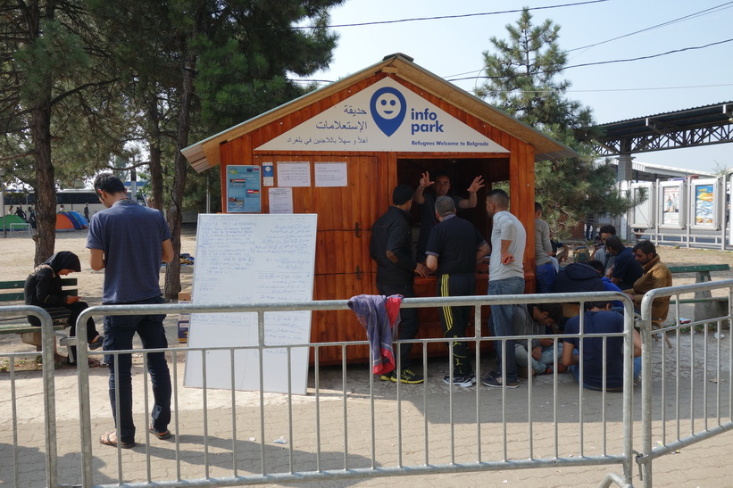 Refuges welcome to Beglrade. Informationscentret vid busstationen i Belgrad för att hjälpa flyktingarna.