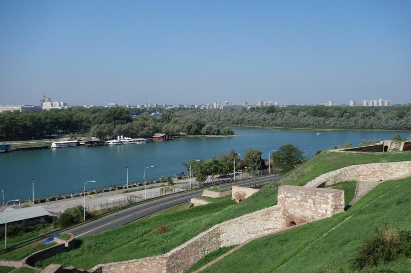 Utsikt över platsen där floderna Sava och Donau möts från fortet i Belgrad.