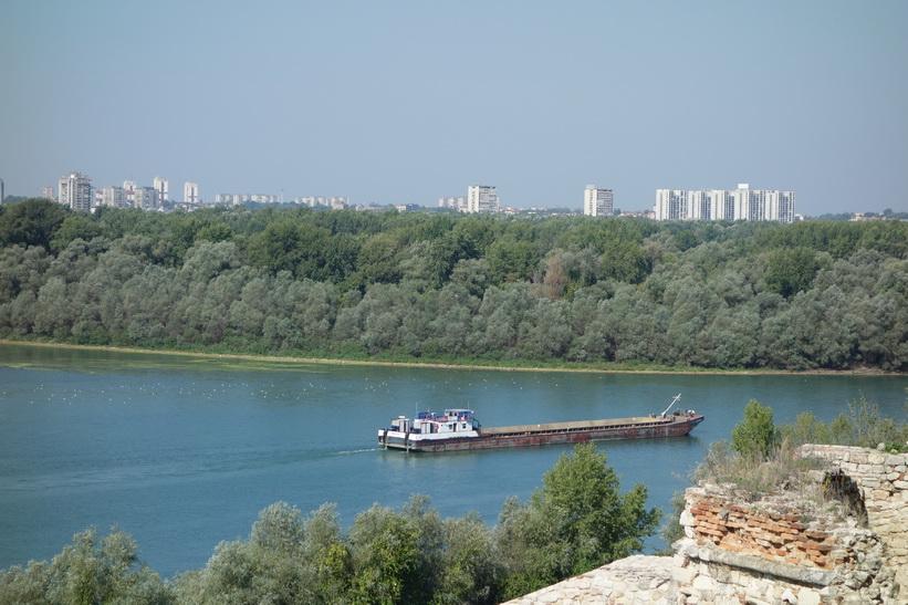 Stor pråm som precis tagit sig till floden Donau.