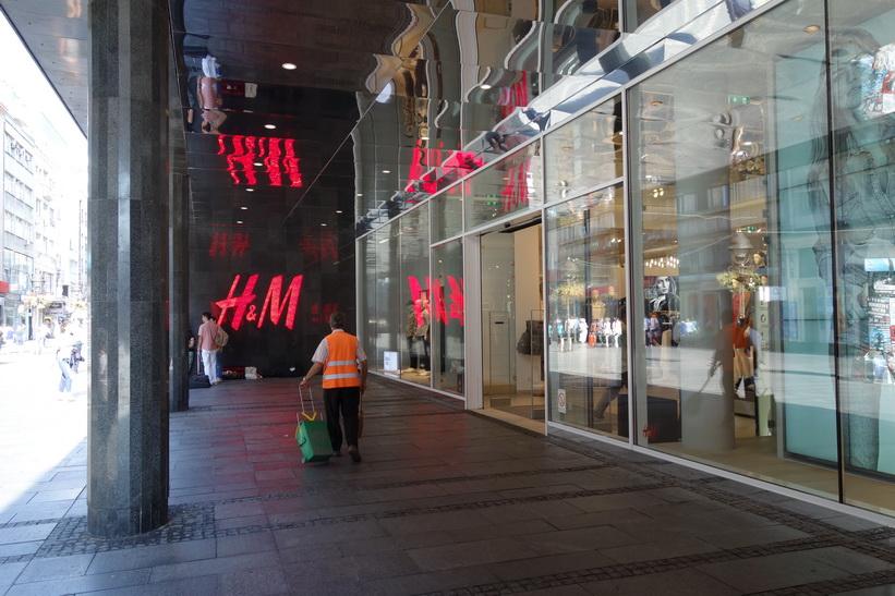 H&M har en jättebutik längs Knez Mihailova, gågatan i Belgrad.