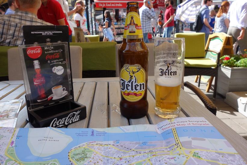 Test av det lokala serbiska ölet Jelen, Belgrad.