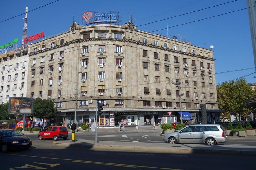 Gammal kommunistarkitektur längs gatan Terazije i centrala Belgrad.