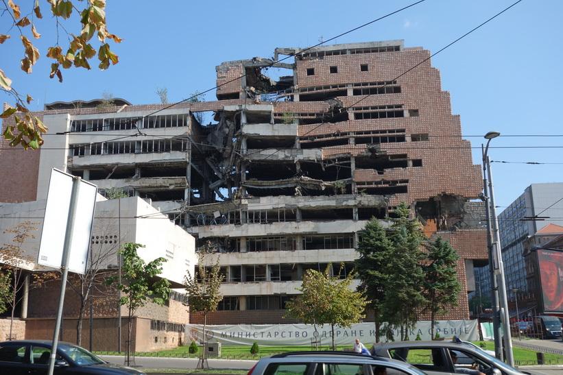 En av de byggnader som bombades av NATO 1999.