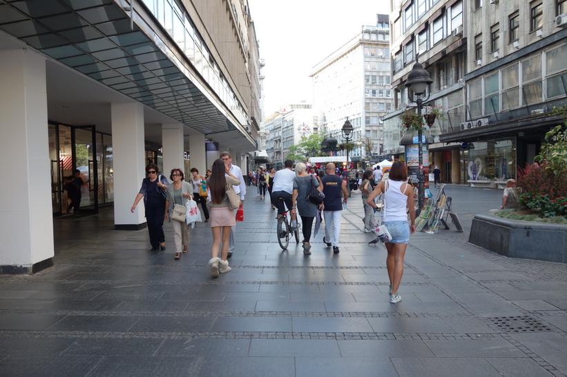 Folkvimmel längs gatan Terazije, Belgrad.