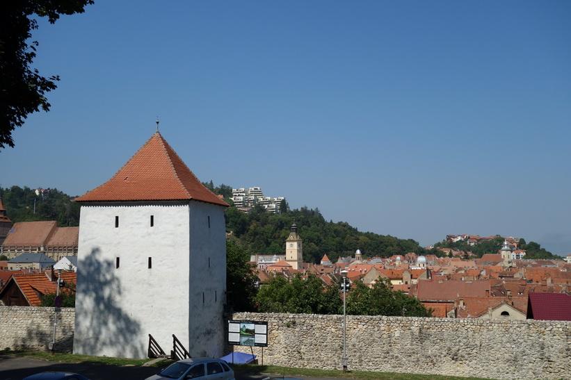 Ett av många torn längs ringmuren i Brașov.