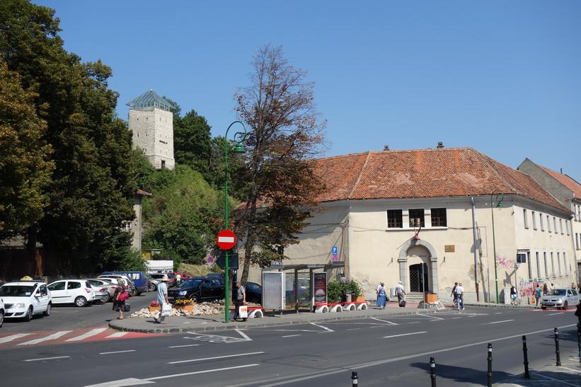 Black tower till vänster i bild (tornet är faktiskt vitt!), Brașov.