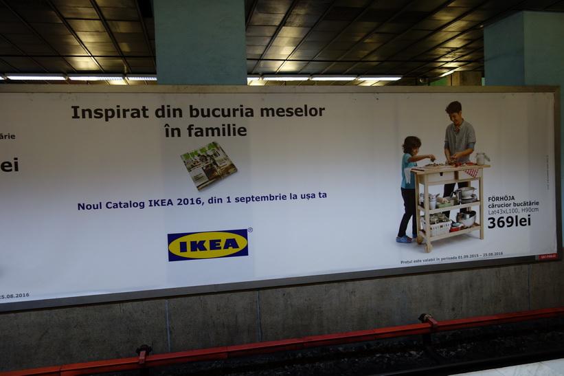 Det första som mötte mig när jag hittade tunnelbanestationen i Bukarest var denna jättestora Ikeareklam