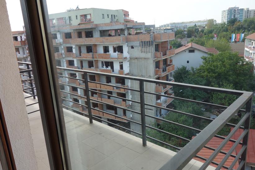 Balkongen till lägenheten jag hyr i Bukarest för dryga 200 svenska kronor per natt.