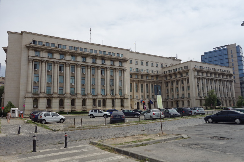 Det forna kommunisthögkvarteret, Piata Revoluției, Bukarest. På terrassen höll Ceauşescu sitt sista tal och fick sedan fly med helikopter från byggnadens tak.