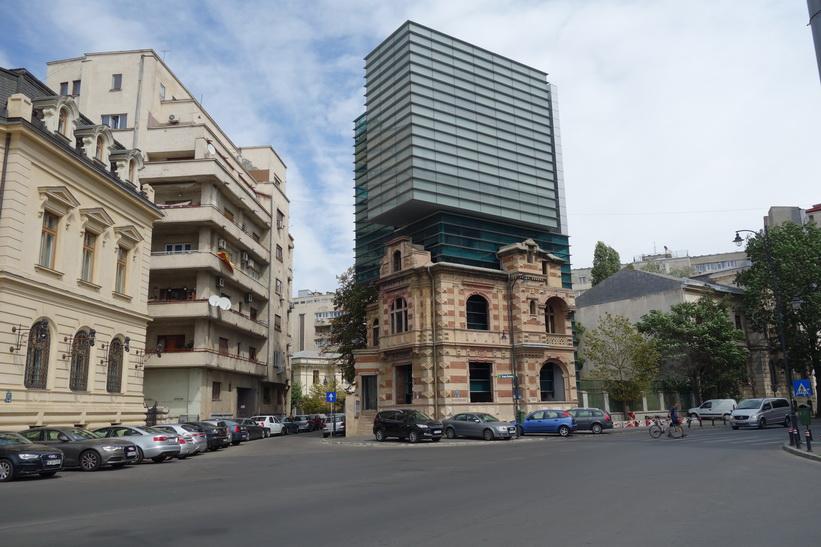 Modern arkitektur blandad med gammal, centrala Bukarest.