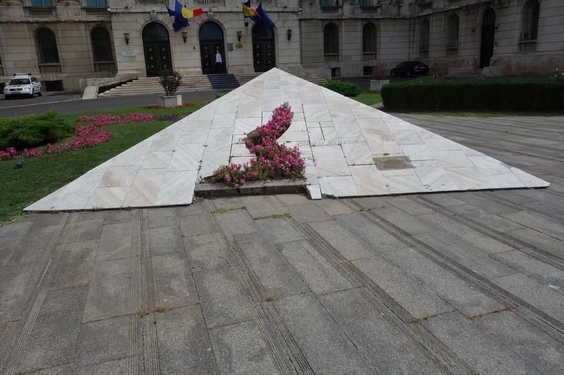 Minnesmonument för revolutionens offer framför det forna kommunisthögkvarteret, Bukarest.