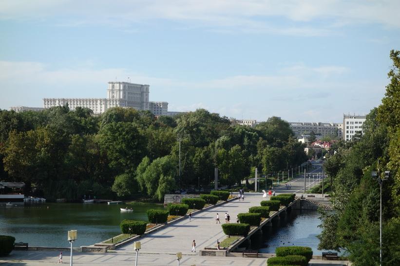 Carol Park med presidentpalatset synligt uppe till vänster i bild, Bukarest.