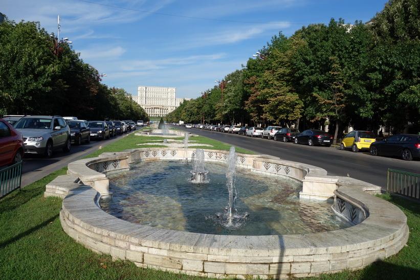 Fontänerna längs Uniriiboulevarden med presidentpalatset i bakgrunden. 41 stycken till antalet. En för varje region i Rumänien.