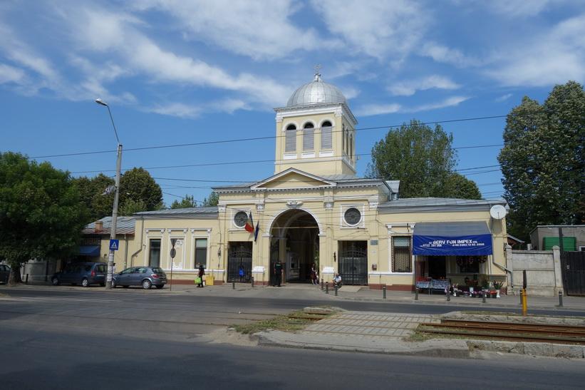 Entrén till Ghencea cemetery i Bukarest.