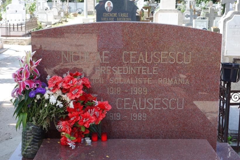 Paret Ceaușescus grav, Ghencea cemetery, Bukarest.