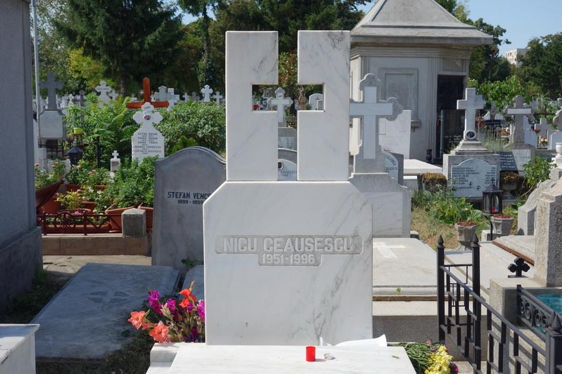 Playboysonen Nico Ceaușescus grav, Ghencea cemetery, Bukarest.