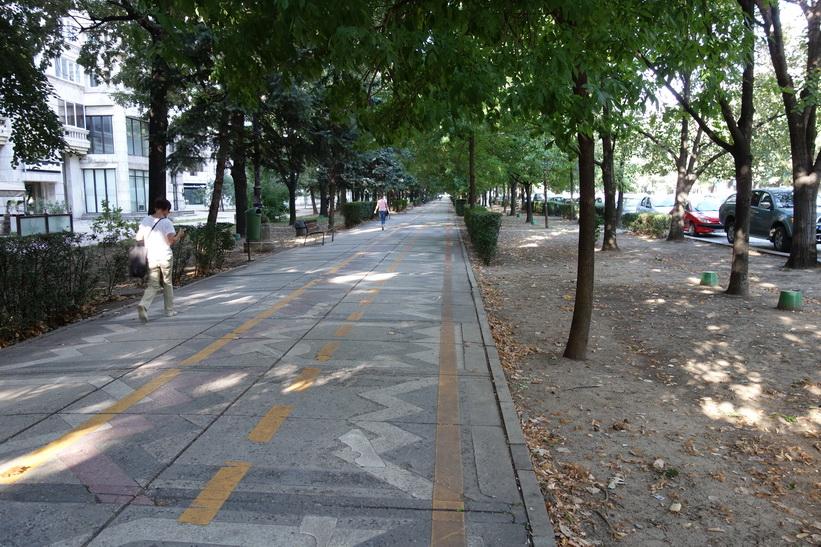 Promenaden längs Uniriiboulevarden i riktning mot presidentpalatset, Bukarest.
