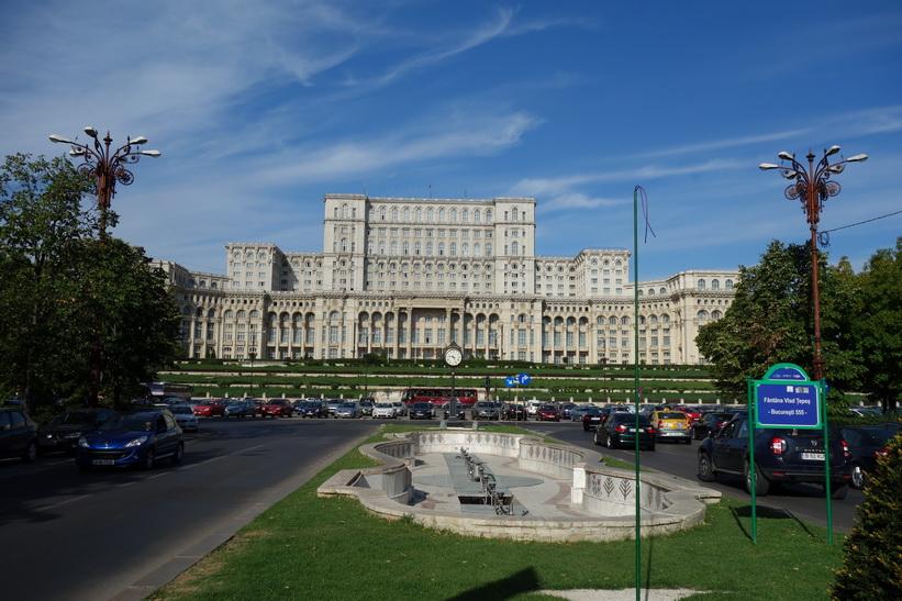 Presidentpalatset i Bukarest fotograferad i början av den 3500 meter långa Uniriiboulevarden. Uniriiboulevarden skulle vara Rumäniens svar på Paris's Avenue des Champs-Élysées fast en meter bredare, något som var viktigt för Ceaușescu.
