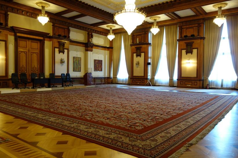 Ett flertal mattor i palatset är så stora att man var tvungen att väva dem på plats, presidentpalatset, Bukarest.