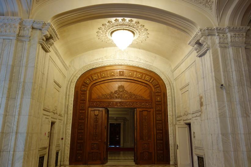 En jättedörr av ek med fina detaljer, presidentpalatset, Bukarest.