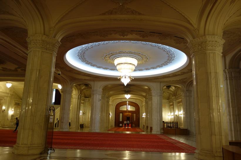 Oerhörd lyx som än idag fortfarande i stort sett inte används. Ceaucescos tanke med palatset var att det skulle inrymma statens alla funktioner, presidentpalatset, Bukarest.