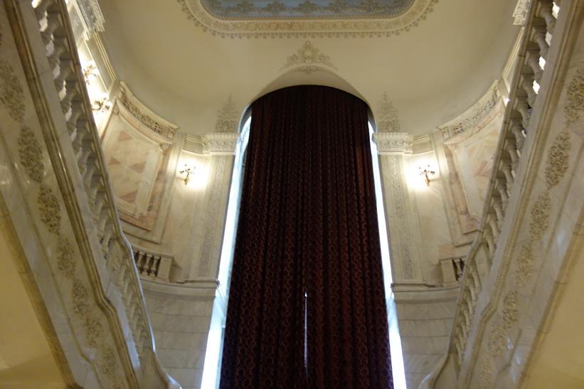 Dessa två gardiner väger 250 kilo styck! När guiden berättade det så gick det ett sus genom åhörarna. Presidentpalatset, Bukarest.