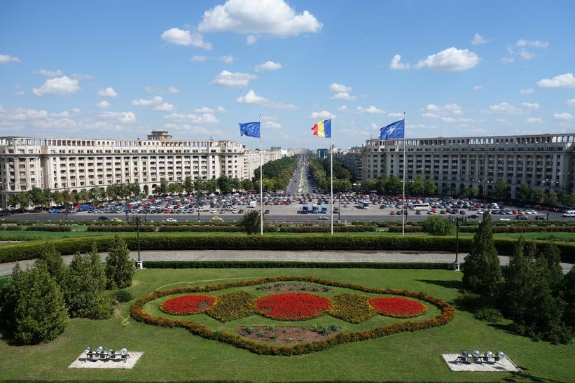 Foto över den 3500 meter långa Uniriiboulevarden från palatsets terrass, presidentpalatset, Bukarest.