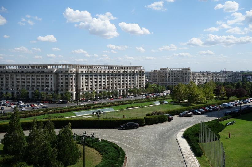 Idén till projeket med den nya stadsdelen hade Ceaucesco fått från sitt besök i Nordkorea 1971, presidentpalatset, Bukarest.