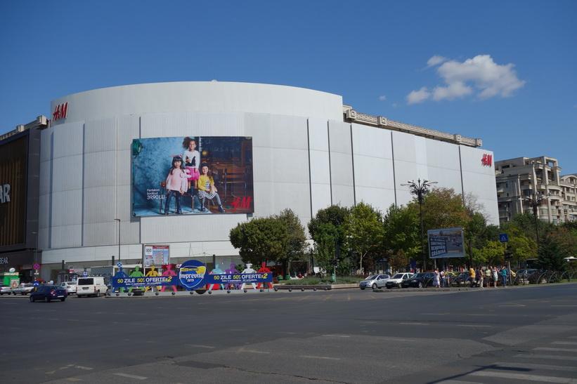 H&M:s jättebutik vid Piata Unirii i Bukarest. Butiken sticker verkligen ut mot de omgivande kommunistbyggnaderna.