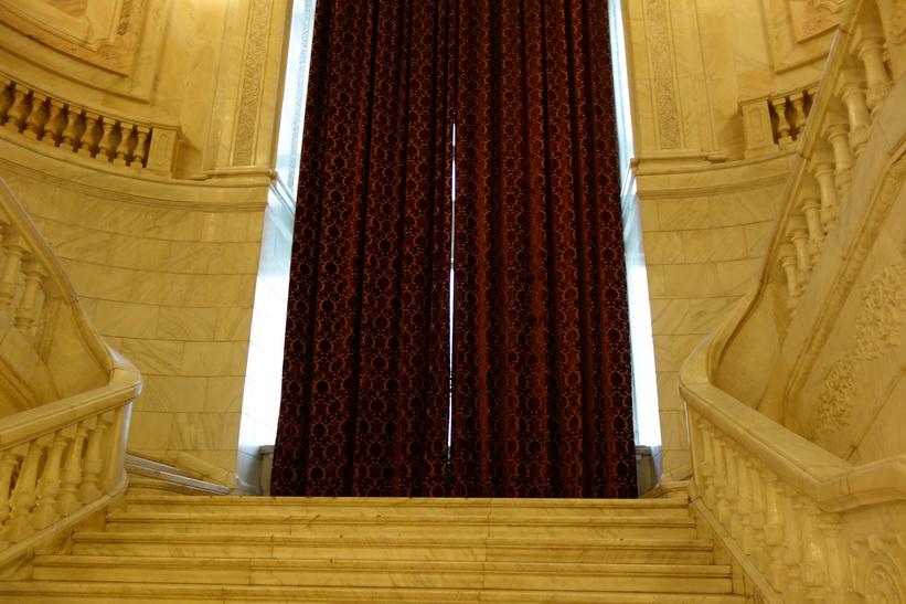 Närbild på de jättetunga gardinerna, presidentpalatset, Bukarest.